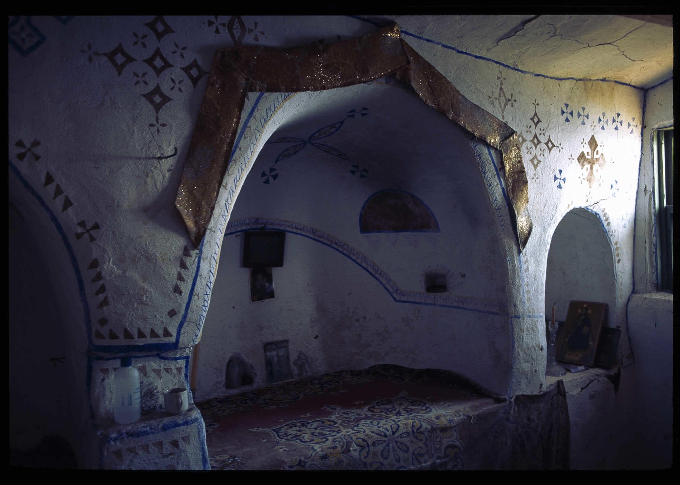 svyatoj altar v chasovne v peshherah svyatoj anny malyj